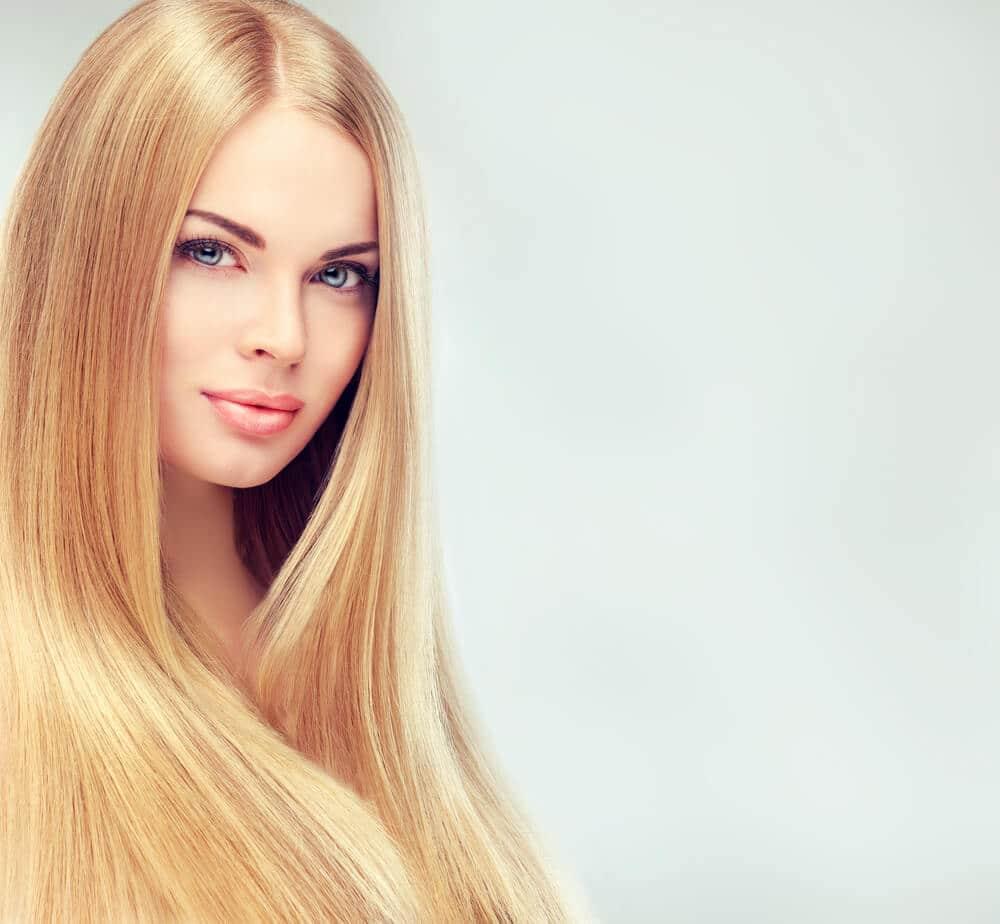 les bienfaits du lissage brésilien femme blondecheveux lisses